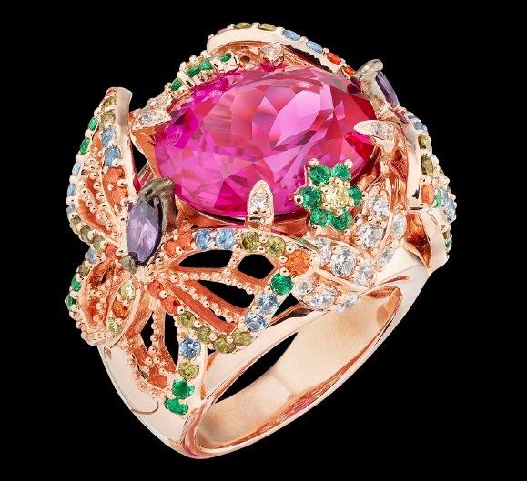 Частный клуб создал роскошные кольца в качестве своего первого товара