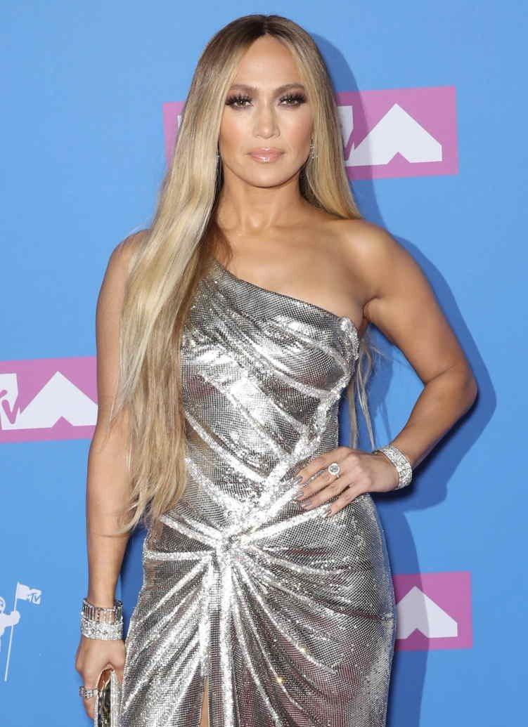 На 2018 MTV Video Music Awards Дженнифер Лопес надела платиновые украшения