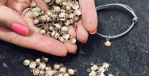 Британский ювелирный бренд поможет местному пляжу стать чище с помощью охоты за сокровищами