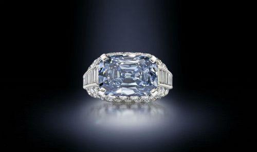 Кольцо с голубым бриллиантом Bvlgari