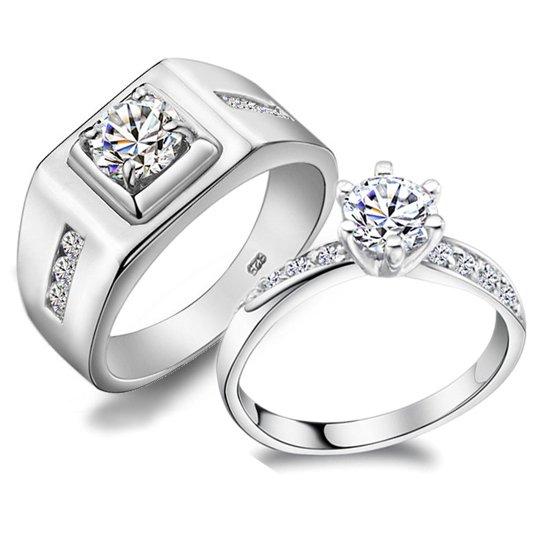 8a2fa16f33cd У знаменитостей и свадебные украшения особые. Роскошные, необычные, с  огромными драгоценными камнями или затейливые дизайнерские обручальные  кольца (фото на ...