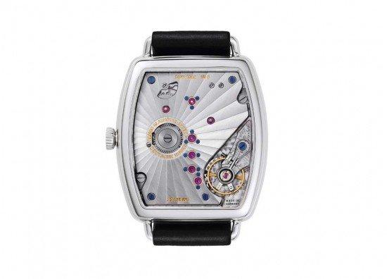 Окошко даты, маленькая секундная стрелка и функция в 7-дневный запас хода, легко обнаружить на часах H. Moser & Cie Perpetual Calendar Black Editionчасы, а число месяца обозначено небольшой стрелкой в форме руки