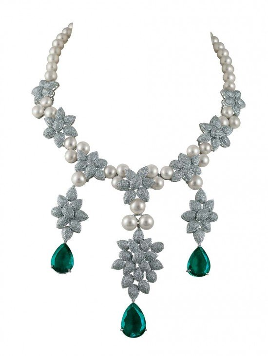 Коллекция MINAWALA Festival of Emeralds, ожерелье из белого золота с бриллиантами, изумрудами и жемчугом