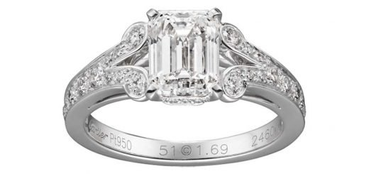 Обручальное платиновое кольцо «Классический Уинстон» от Harry Winston с алмазом в форме «подушечки» изумрудной огранки и с коническими багетными драгоценными камнями. Доступны изделия с камнями разного размера.