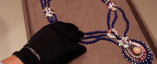 Ожерелье Rose Marine от Van Cleef & Arpels с центральным опалом Wello, синим лазуритом, турмалинами и бриллиантами вдохновлено индийскими закатами