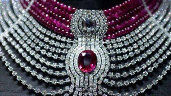 Созданное специально для Biennale des Antiquaires ожерелье Reine Makéda из новой коллекции Royal от Cartier блистает своим 15 каратным рубином из Мозамбика овальной формы