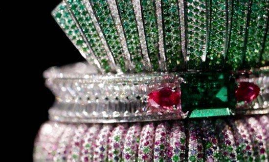 Кольцо Dior Bar en Corolle Diamant из белого золота с бриллиантами, розовыми и фиолетовыми сапфирами, изумрудами и зелеными гранатами