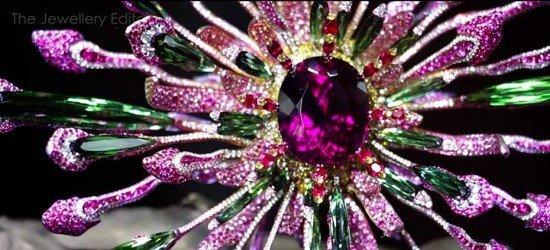 Волшебная брошь Vividity от Wallace Chan с редким турмалином-эльбаитом в центре, зелеными турмалинами, рубинами, бриллиантами и сапфирами