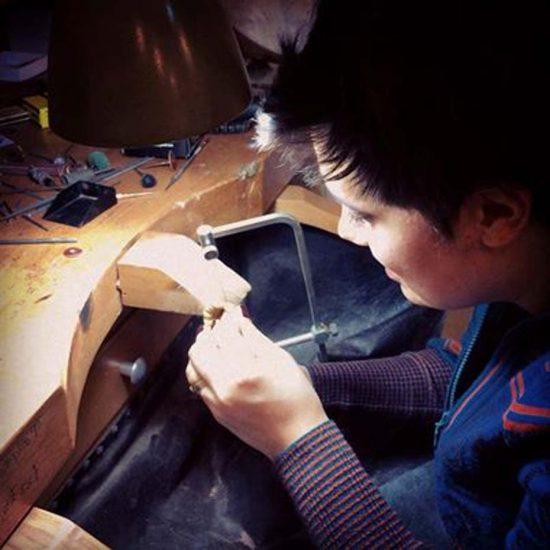 Пинар Онер, которая первоначально получила подготовку в качестве графического дизайнера, использует богатство цветных драгоценных камней и ту же технику горячей эмали, что применяли французские мастера-ювелиры для создания своих единственных в своем роде украшений
