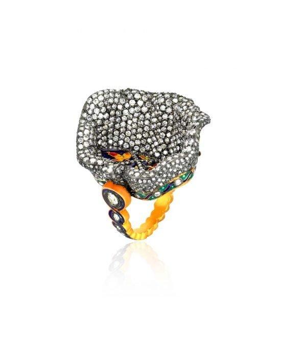 Кольцо «Chora» отличается большим разноцветьем бриллиантов и черненым золотом, контрастирующими с глубоко посаженными картинками из эмали насыщенного голубого, красного и желтого цветов