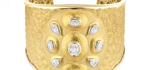 Chanel de Talisman Solaire cuff in 18ct yellow gold
