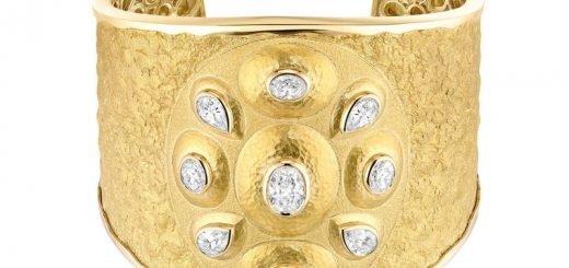 Chanel de Talisman Solaire cuff in 18ct yellow gold