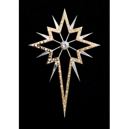 Инкрустированная бриллиантами серебряная звезда на ЁЛКУ